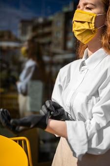 Coffeeshop-arbeiter unter beachtung der sicherheitsmaßnahmen