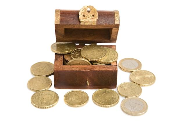 Coffer holz offen mit vielen währungen auf einem weißen hintergrund