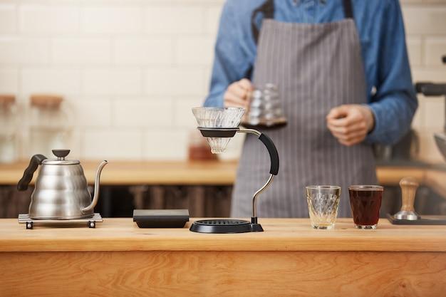 Coffes ist fertig. barista bereitete kaffee mit manuellem tropfbrauer zu.