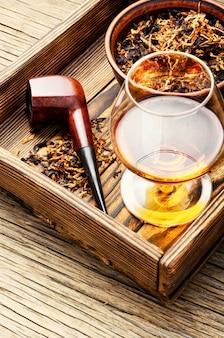 Cognac und pfeife mit tabak