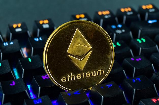 Coin cryptocurrency ethereum nahaufnahme der farbcodierten tastatur
