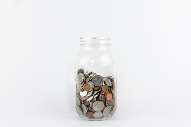 Coin moneyin glasflasche auf weißem hintergrund. spar- und finanzsicherheitskonzept. sparkasse zu retten.