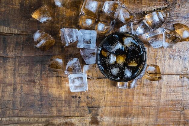 Cola-drinks, schwarze softdrinks und erfrischendes eis