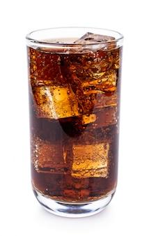 Cola im glas mit eiswürfeln auf weiß