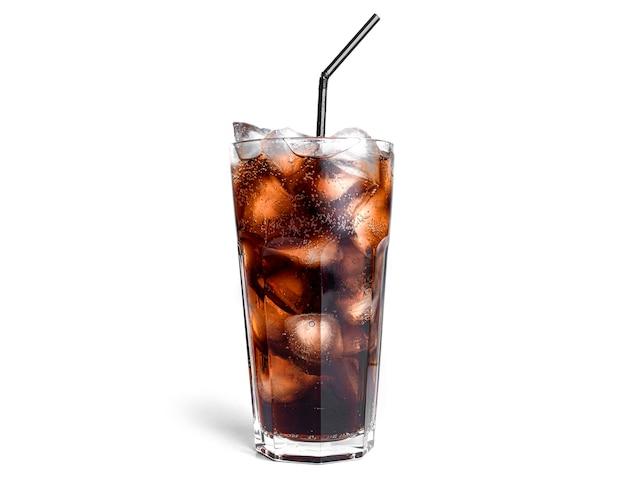 Cola mit eis in einem transparenten glas isoliert.