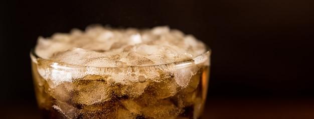 Cola-sodar-alkoholfreies getränk im glas, panoramische fahne