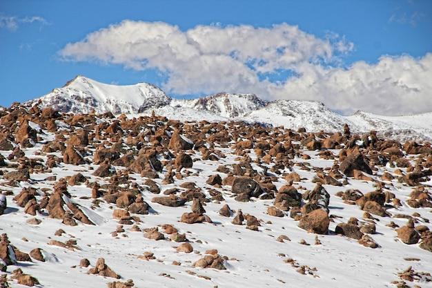 Colca canyon, steine, die von touristen in der oberen zone der zentralen plattformen platziert wurden