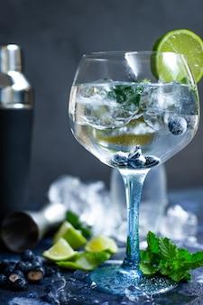 Cold gin tonic mit limette und blaubeeren