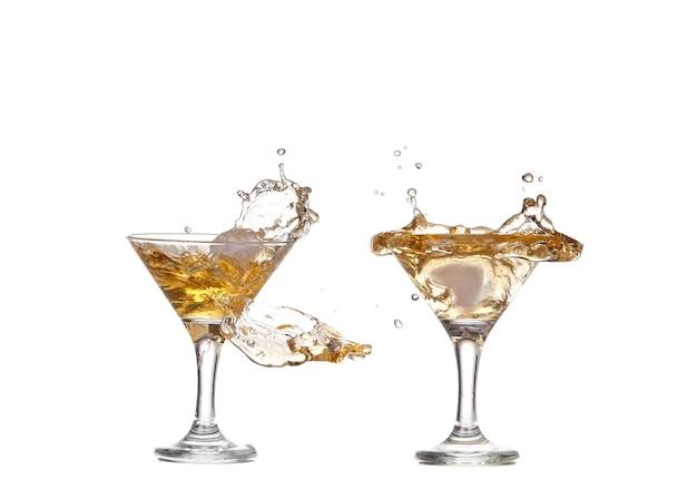 Collage alkohol cocktail mit spritzer eis auf weiß isoliert