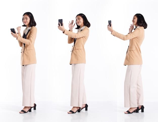 Collage-gruppe in voller länge von 20s asian woman schwarzen kurzen haaren formaler blazer-anzug. business office mädchen selfie foto und online-videoanruf treffen mit smartphone auf weißem hintergrund isoliert