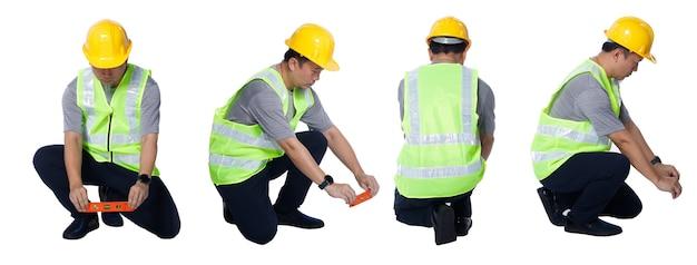 Collage in voller länge figur der 50er 60er jahre asiatischer älterer mann ingenieur tragen sicherheitswesten-schutzhelmwerkzeuge. senior männlich sitzen und balancieren linie mit wasserwaage ausrüstung auf weißem hintergrund isoliert