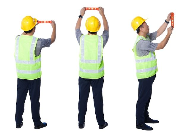 Collage in voller länge figur der 50er 60er jahre asiatischer älterer mann ingenieur tragen sicherheitswesten-schutzhelmwerkzeuge. senior männliche balance linie mit wasserwaage ausrüstung auf weißem hintergrund isoliert