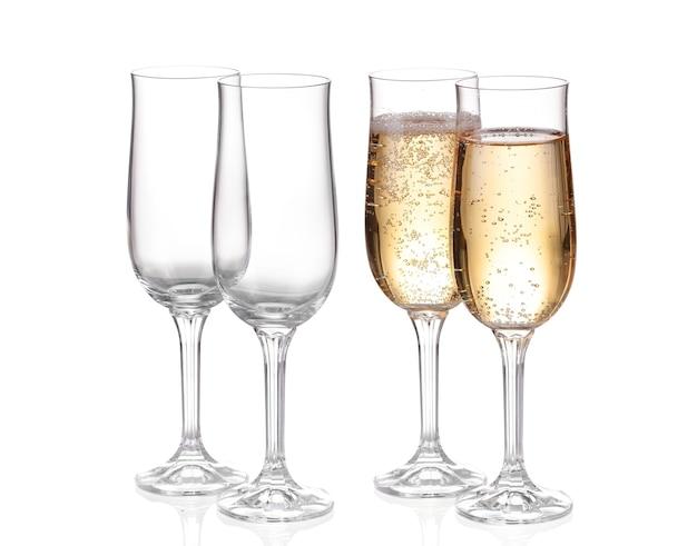 Collage leere champagnergläser, lokalisiert auf weiß