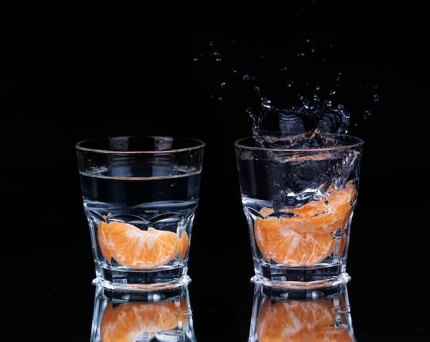 Collage wasser auf glas auf dunkelheit.