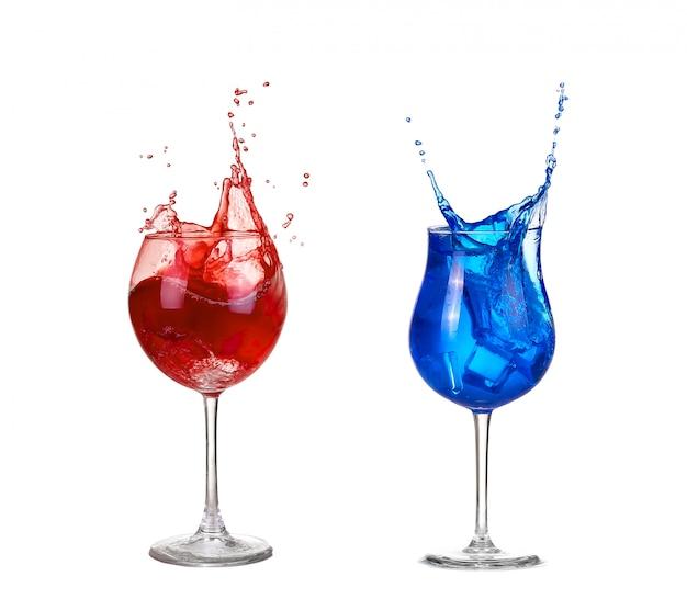 Collage zwei rote und blaue cocktail isoliert auf weiß Premium Fotos