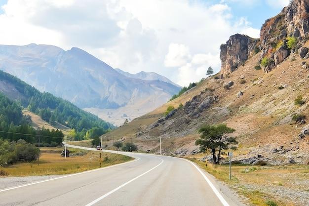 Colle della maddalena piemont italien berglandschaft kurvenreiche straße an der italienisch-französischen grenze