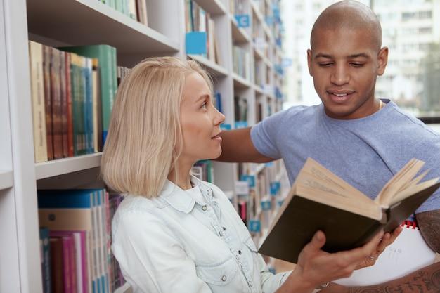 College-freunde in der bibliothek zusammen