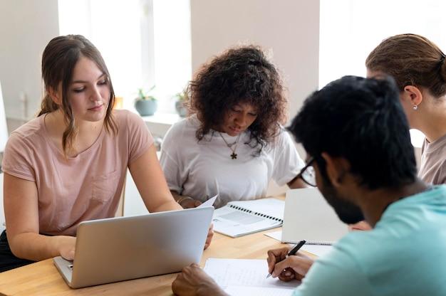 College-kollegen, die zusammen studieren