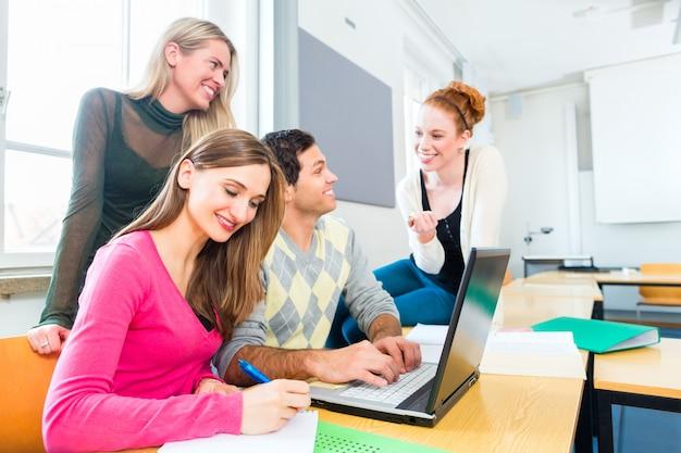 College-studenten beim lernen im teamwork
