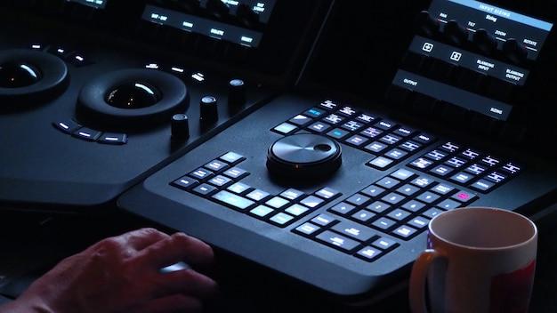 Colorlist-maschine im labor des post-video-produktionsprozesses zum anpassen oder bearbeiten der farbstimmung