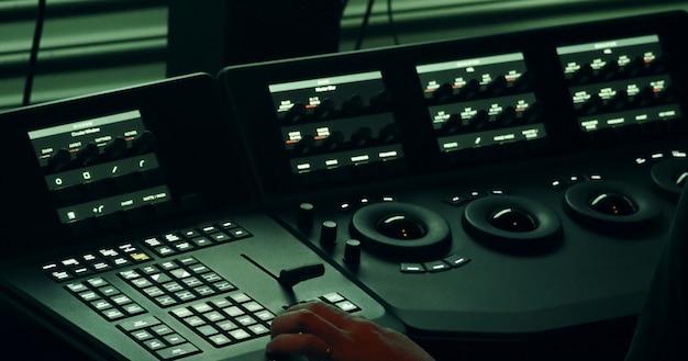 Colorlist-maschine im labor des post-video-produktionsprozesses zum anpassen oder bearbeiten der farbstimmung Premium Fotos