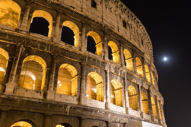 Colosseum in rom nachts