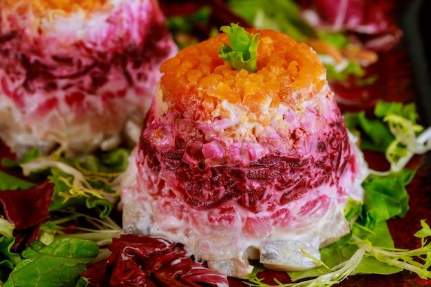 Colrful rote-bete-salat mit hering und gemüse