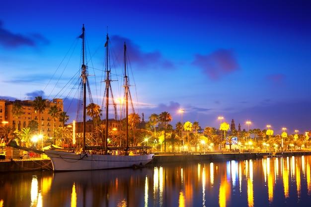 Columbus quay von port vell am abend. barcelona