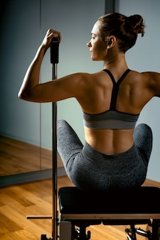 Combo wunda pilates reformer stuhl frau ausbilder nahaufnahme fitness yoga gym übung kopieren raum sport banner, nahaufnahme