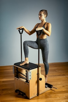 Combo wunda pilates stuhl frau instruktor fitness yoga gym übung