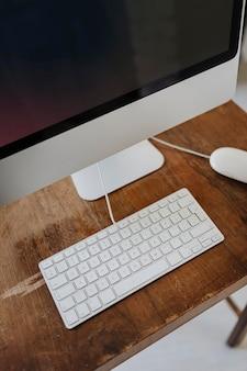 Computer auf einem holzschreibtisch