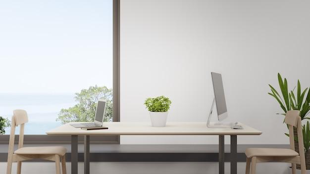 Computer auf einem holztisch im heimbüro
