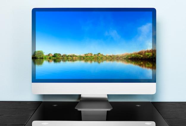 Computer auf einem tisch in einem büro
