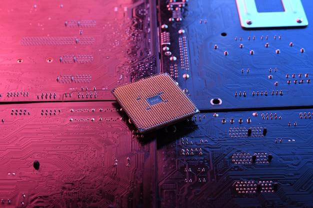 Computer-cpu-prozessorchip auf leiterplatte, hauptplatine. nahansicht. mit rot-blauer beleuchtung