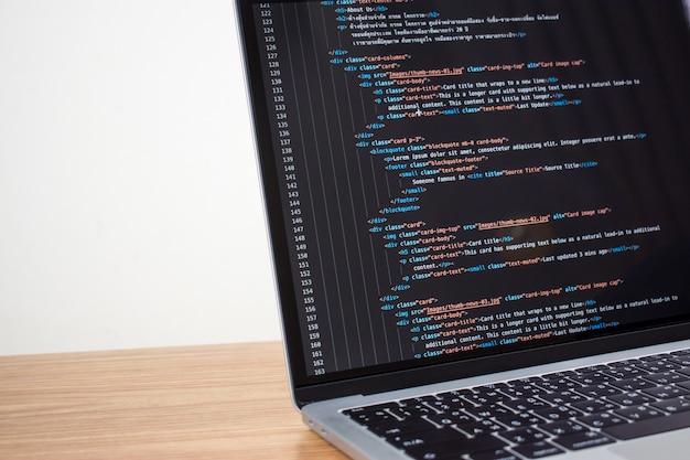 Computer, der softwareprogrammierungscode zeigt.