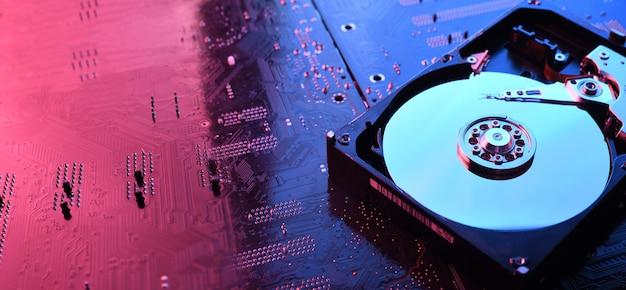 Computer festplattenlaufwerke festplatte, ssd auf leiterplatte, motherboard hintergrund