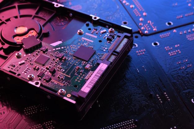Computer festplattenlaufwerke hdd ssd auf der platine motherboard