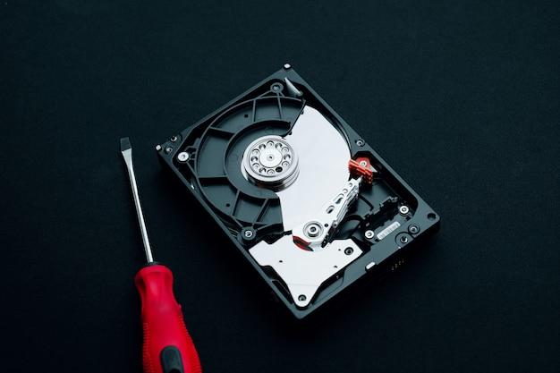 Computer-hardware-reparaturinspektion, festplatte und schraubendreher