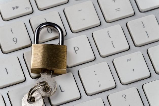 Computer / internet-sicherheitskonzept mit einem vorhängeschloss auf einer tastatur