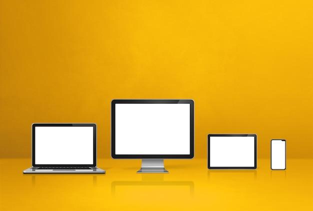Computer, laptop, handy und digitaler tablet-pc - gelber schreibtischhintergrund. 3d-illustration