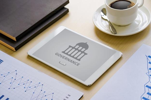 Computer laptop mit bildschirm auf tabelle silhouette
