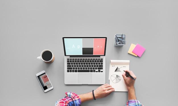 Computer-laptop-zeichnungs-arbeitsschreibtisch-konzept