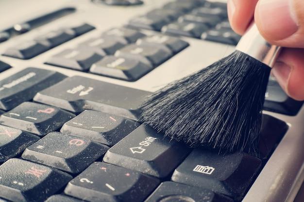 Computer literacy reparatur männer hände, untersucht laptop sauber horizontale ansicht der reinigung der tasten auf der tastatur.