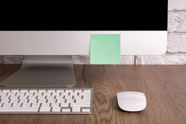 Computer mit aufkleber. konzept zur ereigniserinnerung.