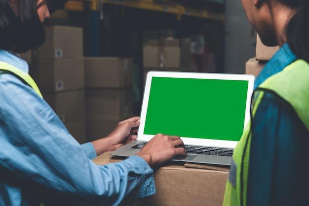 Computer mit green-screen-anzeige im lagerraum