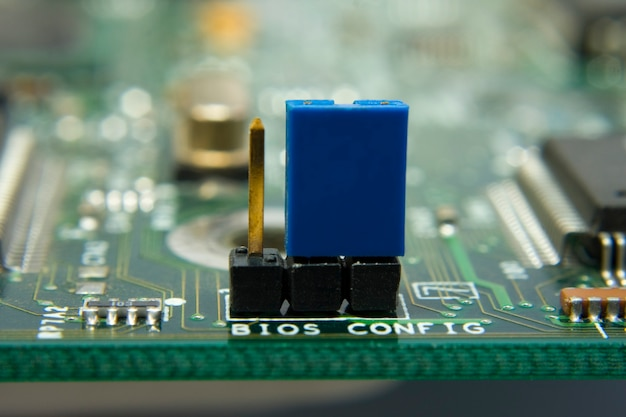 Computer-motherboard-schaltung. jumper-bios-konfiguration in der mitte