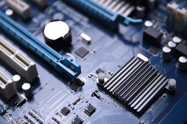 Computer-motherboard und elektronische komponenten cpu-gpu-speicher und verschiedene sockel für grafikkarte in nahaufnahme