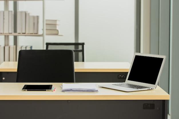 Computer-notebook auf dem schreibtisch im büro