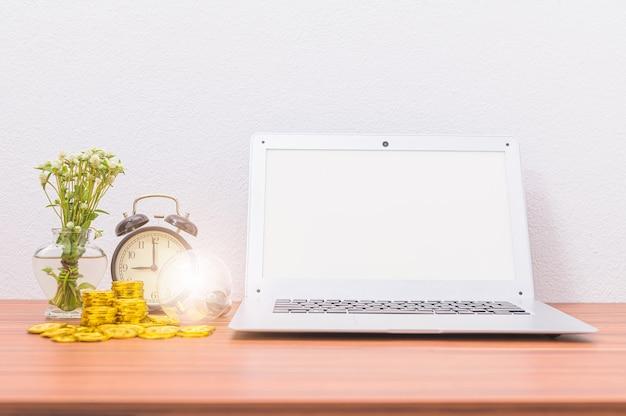 Computer-notizbücher und bücher, dokumente und schreibwaren an ihrem schreibtisch