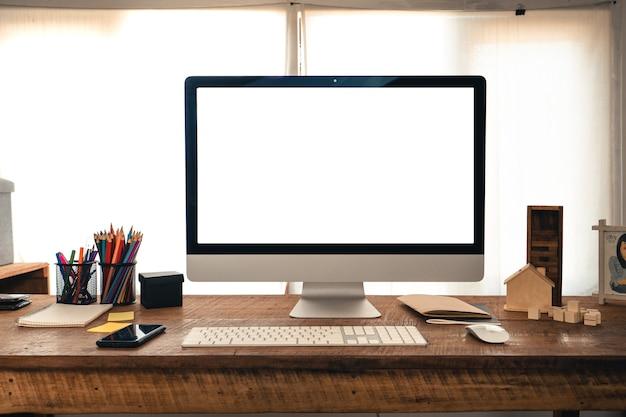 Computer, telefon, buntstifte auf dem schreibtisch zu hause